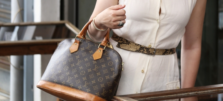 Luxury-guide-how-to-choose-and-buy-your-first-designer-bag-handbag-louis-vuitton-alma-monogram-canvas-preloved-secondhand-vintage-tips-purchase-online-shopping-what-to-consider-Living-like-Golightly