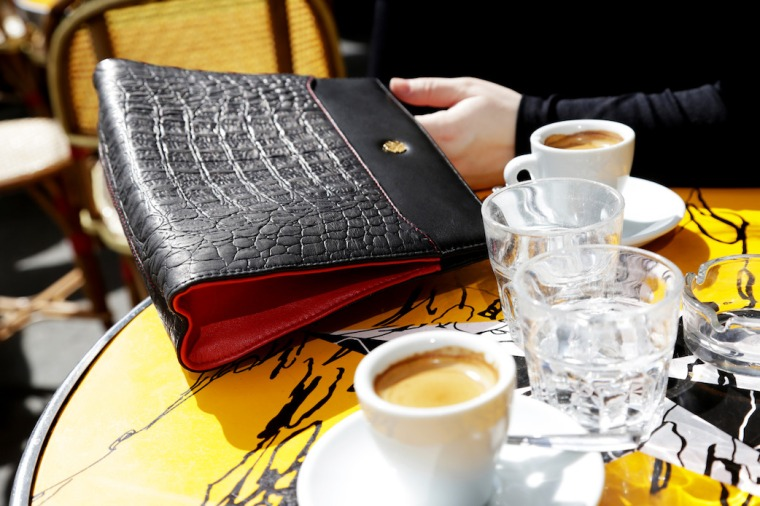 Paris-Shooting-with-Utmon-es-pour-Paris-Fotostudio-Wilder-photographer-Frank-Lemburg-black-switchbag-pochette-Cafe-LIVING-LIKE-GOLIGHTLY (5)