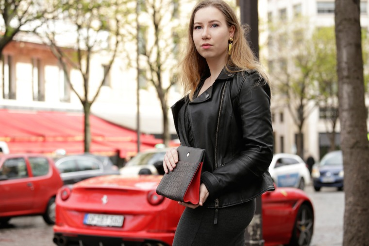 Paris-Shooting-with-Utmon-es-pour-Paris-Fotostudio-Wilder-photographer-Frank-Lemburg-black-switchbag-pochette-red-Ferrari-LIVING-LIKE-GOLIGHTLY