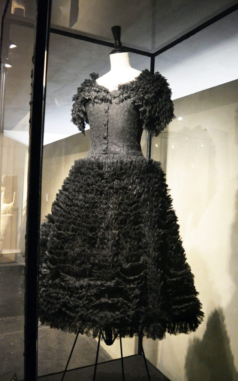 Fashion-exhibition-Review-Cristóbal-Balenciaga-L`Oeuvre-au-noir-Musée-Bourdelle-Paris-spanish-Haute-Couture-little-black-dress-Venilista-LIVING-LIKE-GOLIGHTLY (10)